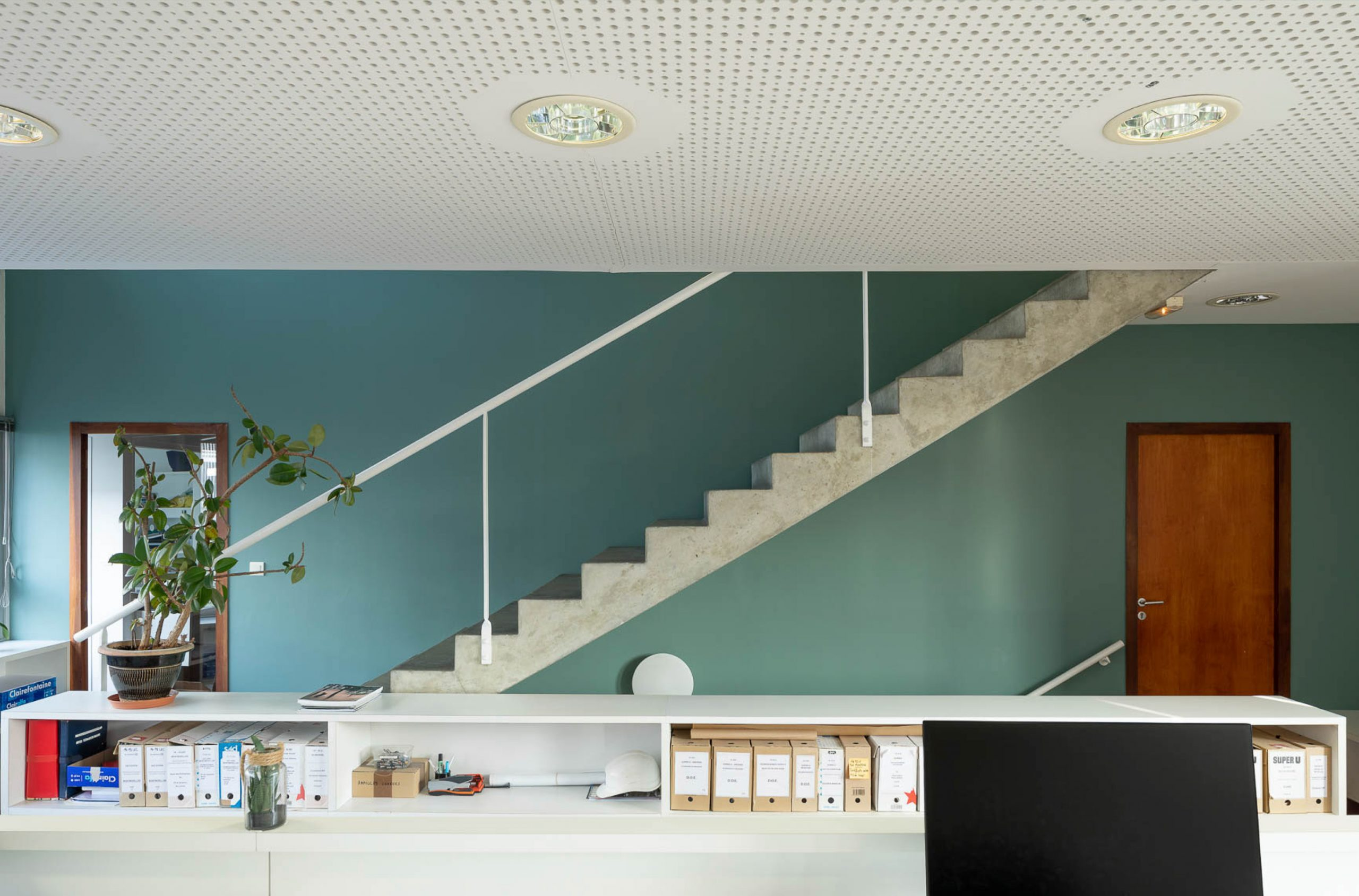 Bureau moderne avec escalier