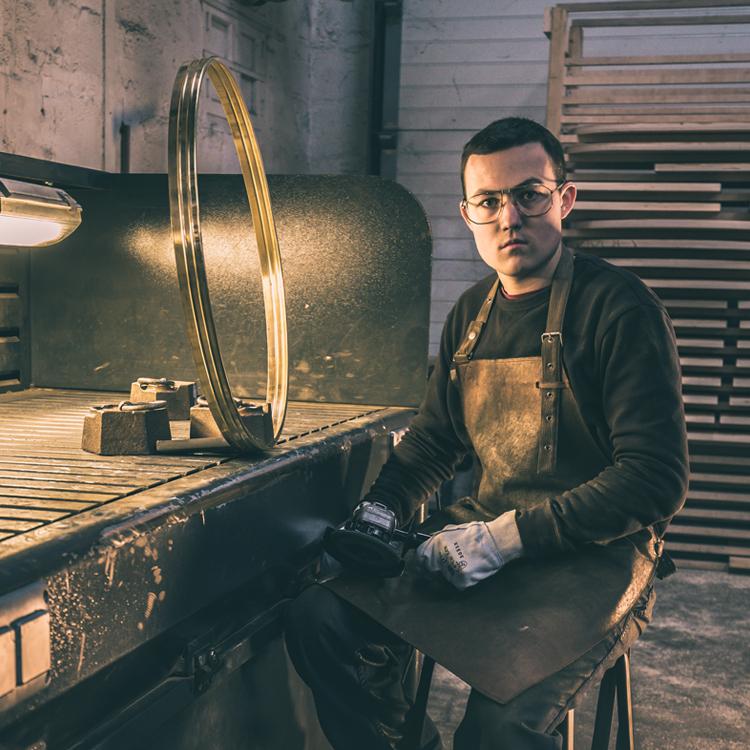 Homme avec des lunettes dans un atelier