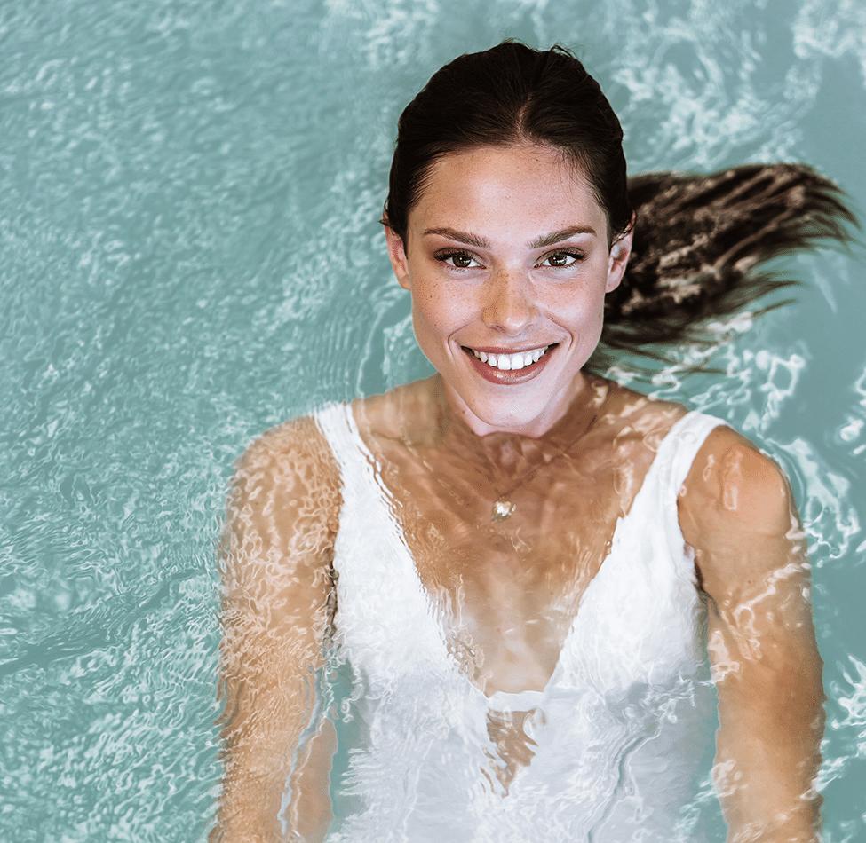 Femme en train de se détendre dans l'espace piscine de la Thalasso de Pornic