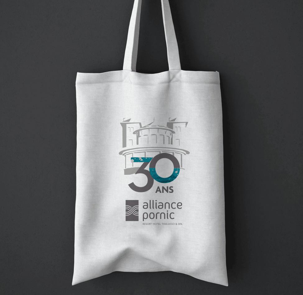 Déclinaisons du logo Alliance Pornic sur un sac