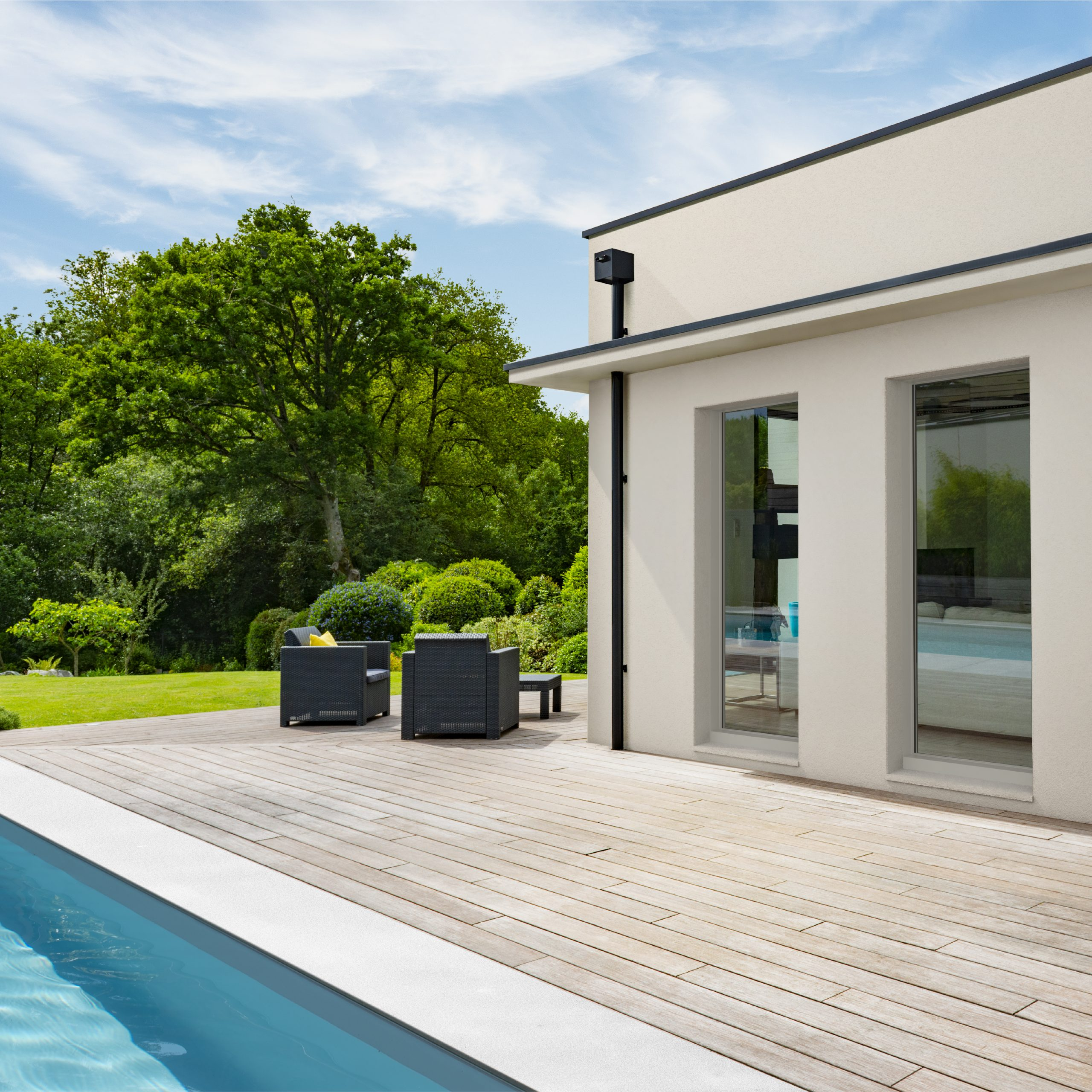 Maison avec terrasses et baies vitrées