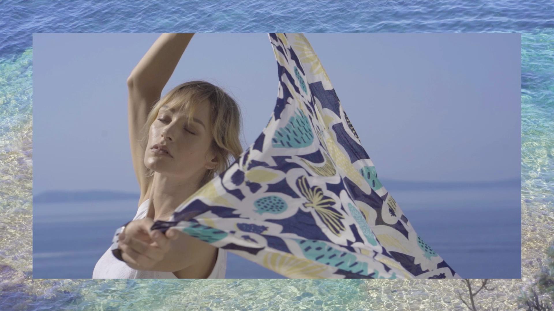 Femme décontractée au bord de la mer