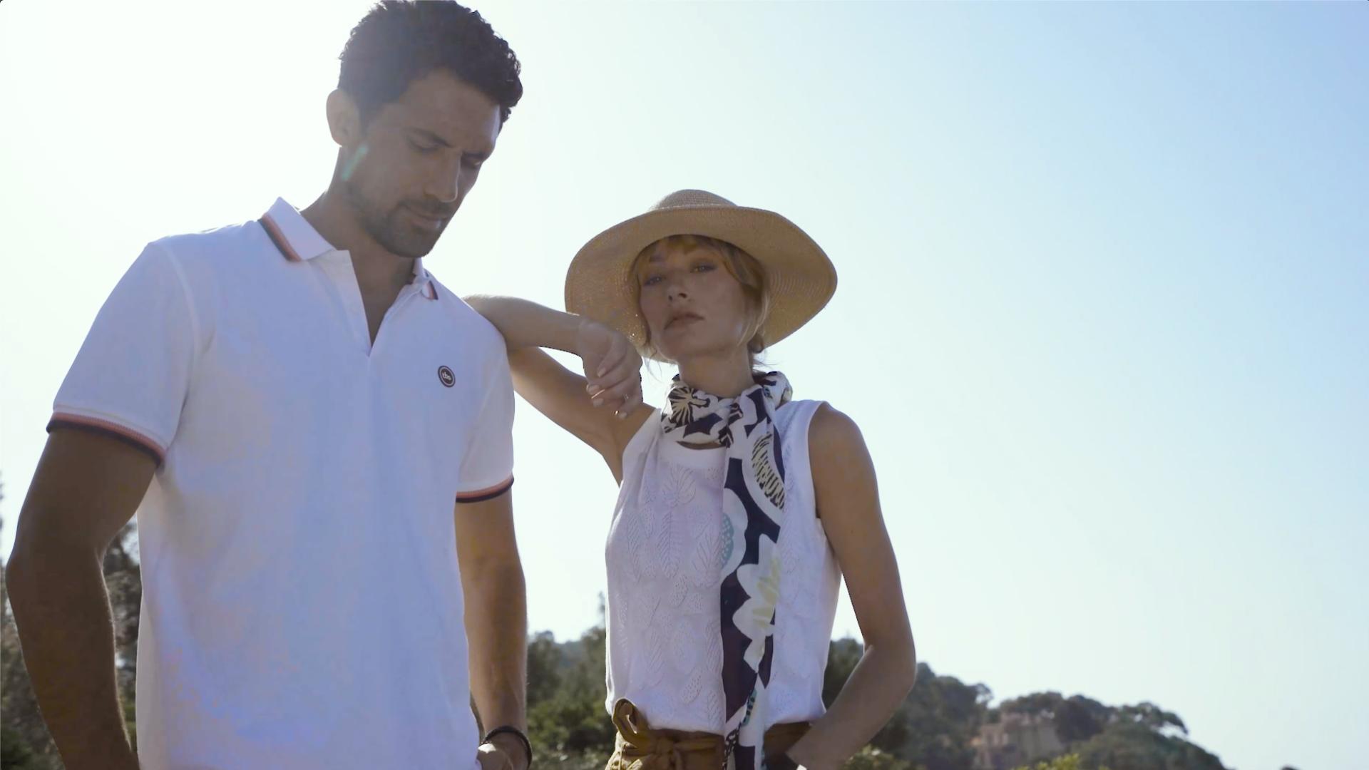 Homme et femme habillés en blanc posant au soleil